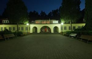 dziedziniec_noca